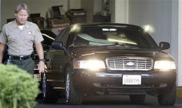 <p>A vehicle believed to be carrying actress Lindsay Lohan leaves the Beverly Hills Courthouse in Beverly Hills, California September 24, 2010. A judge on Friday ordered troubled actress Lindsay Lohan returned to jail to await an October 22 hearing on whether she violated terms of her probation by failing a court-ordered drug test. REUTERS/Mario Anzuoni</p>
