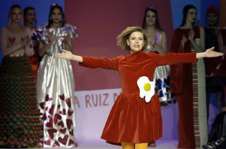 Designer Agatha Ruiz De La Prada acknowledges applause at the end of her Fall/Winter 2009/10 women's collection during Milan Fashion Week March 3, 2009. REUTERS/Alessandro Garofalo/Files