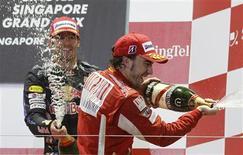 <p>O espanhol Fernando Alonso comemora no pódio após vencer o Grande Prêmio de Cingapura ao lado do australiano Mark Webber, 26 de setembro de 2010. REUTERS/Russell Boyce</p>