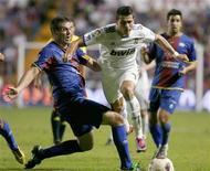 <p>Cristiano Ronaldo, do Real Madrid, é desafiado por Sergio Ballesteros, do Levante, durante partida pelo Campeonato Espanhol em Valência, 25 de setembro de 2010. REUTERS/Heino Kalis</p>