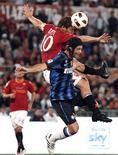 <p>Francesco Totti, da Roma, disputa a bola com Cristian Chivu, da Inter de Milão, durante partida pelo Campeonato Italiano em Roma, 25 de setembro de 2010. REUTERS/Tony Gentile</p>