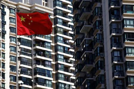 9月27日、国内企業の中では、生産拠点の重点を中国からASEAN域内やインドなどにシフトさせる動きが加速する可能性も。写真は中国の国旗。上海で21日撮影(2010年 ロイター/Aly Song)