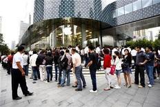 <p>Clientes hacen fila para comprar el iPhone 4 en una tienda de Apple en Shanghai. Sep 25 2010 Los pedidos adelantados del iPhone 4 de Apple en China han superado las 200.000 unidades desde que el dispositivo salió a la venta el sábado, dijo China Unicom, que añadió que había dejado de recibir solicitudes online dada la fuerte demanda. REUTERS/Aly Song</p>