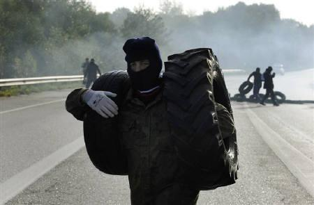 Coal miners prepare a barricade to block the A-64 road between Lieres and Oviedo in northern Spain September 26, 2010. REUTERS/Eloy Alonso