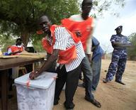<p>A polling staff member seals a ballot box during a storm in a polling station on the last day of elections in Juba, south Sudan April 15, 2010. REUTERS/Goran Tomasevic</p>