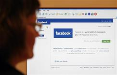 <p>Facebook et la société de téléphonie par internet Skype discutent d'un partenariat permettant d'ajouter des fonctions de communications au site communautaire, rapporte le Wall Street Journal. /Photo d'archives/REUTERS/Simon Newman</p>