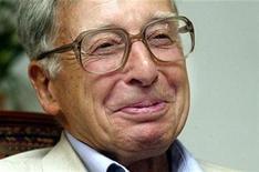 """<p>Foto de archivo del fisiólogo británico Robert Edwards en el Bourne Hall de Cambridgeshire, Inglaterra, jul 26, 2003. Edwards, cuyo trabajo llevó al primer """"bebé de probeta"""", ganó el premio Nobel de Medicina o Fisiología 2010, dijo el lunes el instituto que otorga el galardón.</p>"""