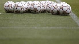 <p>Футбольные мячи лежат на газоне на стадионе в Мадриде, 21 мая 2010 года. Обладатели национальных кубков из шести ведущих европейских чемпионатов будут освобождаться от участия в квалификационном турнире Лиги Европы и напрямую попадать в основную сетку, сообщил Союз европейских футбольных ассоциаций. REUTERS/Kai Pfaffenbach</p>