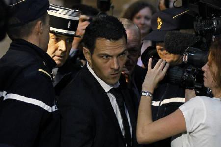 Former trader Jerome Kerviel (C) arrives at Paris courts for the verdict in his trial to face charges of breach of trust, computer abuse and forgery  October 5, 2010. REUTERS/Charles Platiau