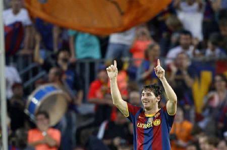 Barcelona's Lionel Messi celebrates his goal against Real Mallorca goalkeeper Dudu Aoate during their Spanish first division soccer match at Nou Camp stadium in Barcelona October 3, 2010. REUTERS/Gustau Nacarino