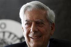 <p>Imagen de archivo del escritor peruano Mario Vargas Llosa, en la presentación de uno de sus libros en Madrid. Abr 29 2010 El escritor peruano Mario Vargas Llosa expresó sorpresa por haber obtenido el jueves el Premio Nóbel de Literatura y hasta pensó que le jugaban una broma cuando supo la noticia. REUTERS/Susana Vera/ARCHIVO</p>
