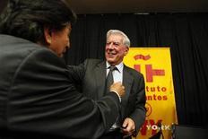 <p>El escritor peruano y una vez candidato presidencial Mario Vargas Llosa, un cronista de las luchas del pueblo contra la autoridad en América Latina, ganó el jueves el premio Nobel de Literatura 2010. En la imagen, el ex presidente peruano Alejandro Toledo abraza a Vargas Llosa tras una conferencia de prensa en Nueva York, el 7 de octubre de 2010. REUTERS/Jessica Rinaldi</p>