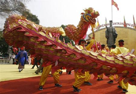 People perform the dragon dance in front of King Ly Thai To's statue during the opening ceremony of the 10-day celebrations of the 1000th anniversary of the founding of Thang Long-Hanoi in Hanoi October 1, 2010. REUTERS/Kham