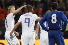 <p>Klaas-Jan Huntelaar comemora o único gol da partida em que a Holanda venceu a Moldávia por 1 a 0 pelas eliminatórias da Eurocopa de 2012. REUTERS/Konstantin Chernichkin</p>