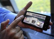 <p>Le Motorola Droid X équipé du système d'exploitation mobile Android de Google. Longtemps principal pôle d'attraction dans les salons télécoms, l'iPhone d'Apple va devoir désormais partager l'affiche avec Android. D'après le cabinet Nielsen, sur les six derniers mois, Android a été la plate-forme la plus plébiscitée par les consommateurs américains, malgré le lancement de l'iPhone 4 en juin. /Photo prise le 23 juin 2010/REUTERS/Eric Thayer</p>
