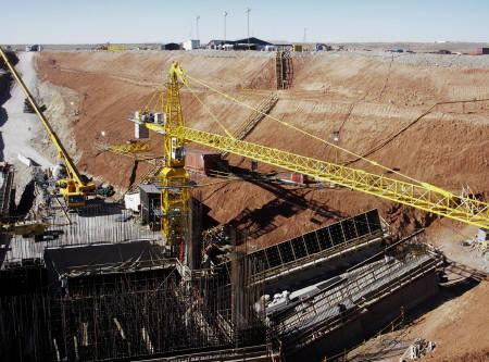 Workers prepare the site of the second mineshaft to be sunk at Oyu Tolgoi in the South Gobi desert in Mongolia in this November 10, 2007 file photo.  REUTERS/Tom Miles/Files