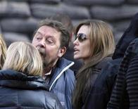<p>Angelina Jolie (derecha) habla con miembros del elenco durante el rodaje de su debut como directora en Budapest, oct 13 2010. REUTERS/Bernadett Szabo (HUNGARY)</p>