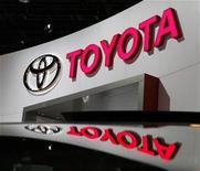 <p>Imagen de archivo del logo de Toyota en una presentación de automóviles en Chicago. Feb 10 2010 Toyota Motor Corp está considerando poner fin a las exportaciones desde Japón del sedán Corolla desde el 2013 y trasladar esa producción al exterior debido a la fortaleza del yen, informó el jueves el diario Tokyo Shimbun. REUTERS/John Gress/ARCHIVO</p>