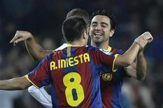 <p>Xavi Hernandez (dir) do Barcelona comemora gol de Andres Iniesta contra o Valencia. 16/10/2010 REUTERS/Gustau Nacarino</p>