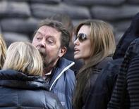 <p>Angelina Jolie (dir) fala com o elenco durante produção de seu filme em Budapeste. Jolie conseguiu novamente a licença para filmar partes de seu novo filme na Bósnia depois da aprovação de um ministro do governo que leu seu roteiro. 13/10/2010 REUTERS/Bernadett Szabo</p>
