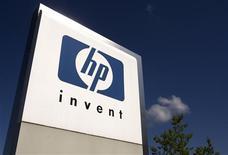 <p>Le smartphone Pre 2 de Palm, filiale de Hewlett-Packard, sera disponible à partir de vendredi en France, où il sera commercialisé par SFR, filiale de Vivendi. /Photo d'archives/REUTERS/Denis Balibouse</p>