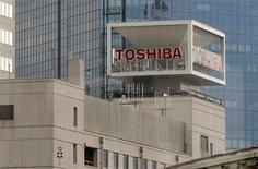 <p>Le groupe électronique japonais Toshiba annonce que son bénéfice d'exploitation devrait se révéler de 49% supérieur à ses prévisions au premier semestre grâce aux ventes robustes de semi-conducteurs et d'écrans à cristaux liquides. /Photo d'archives/REUTERS/Toru Hanai</p>