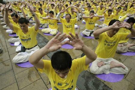 More than three hundred Falun Gong followers meditate at Hong Kong's Victoria Park April 25, 2009 to mark the the 10th anniversary of the Falun Gong protest in Beijing, which triggered a crackdown and the designation of the group as a cult. REUTERS/Tyrone Siu/Files