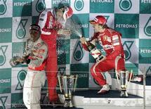 <p>O espanhol Fernando Alonso, da Ferrari, comemora com o colega de equipe brasileiro Felipe Massa e o inglês Lewis Hamilton, da McLaren. 24/10/2010 REUTERS/Bazuki Muhammad</p>