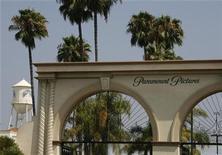 """<p>Imagen de archivo de la entrada principal a los estudios de Paramount Pictures en Los Angeles. Jul 29 2008 """"Paranormal Activity 2"""", la continuación de la película de bajo presupuesto que fue la sorpresa del año pasado, recaudó 41,5 millones de dólares durante sus primeros tres días en la taquilla Norteamericana, dijo el domingo la distribuidora Paramount Pictures. REUTERS/Fred Prouser/ARCHIVO</p>"""