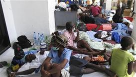 <p>Больные холерой ждут медицинской помощи в больнице в городе Сен-Марк 22 октября 2010 года. Рост числа жертв эпидемии холеры на Гаити, от которой погибли уже более 250 человек, приостановился благодаря международной медицинской помощи, однако ситуация пока не решена полностью, сообщил представитель ООН в воскресенье. REUTERS/St-Felix Evens</p>