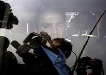 """<p>Игрок """"Фиорентины"""" Адриан Муту подъезжает к зданию Итальянского олимпийского комитета в Риме, чтобы ответить на вопросы прокурора о применении запрещенных препаратов 3 марта 2010 года. Румынский полузащитник Адриан Муту извинился перед своими одноклубниками из итальянской """"Фиорентины"""" после того, как полиция обвинила его в нападении на бармена. REUTERS/Alessandro Bianchi</p>"""