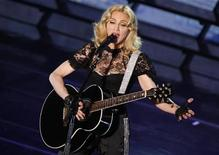 """<p>Foto de archivo de la cantante Madonna durante un concierto de promoción de su disco """"Hard Candy"""" en París, mayo 6 2008. Madonna abrirá una cadena de gimnasios alrededor del mundo que fusionarán el ejercicio con entretenimiento, comenzando con uno en Ciudad de México a fines de noviembre. REUTERS/Benoit Tessier</p>"""