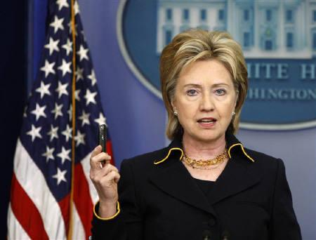 U.S. Secretary of State Hillary Clinton  in Washington, May 19, 2009. Clinton added a brief stop in China to her Asia-Pacific tour that begins on Wednesday, a 13-day trip that aims to bolster ties to a region increasingly under China's shadow.  REUTERS/Jason Reed/Files