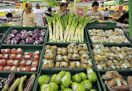 Customers shop for vegetables at a supermarket in Shenyang, Liaoning province September 11, 2010. REUTERS/Sheng Li/Files