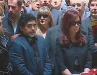 <p>A presidente argentina, Cristina Kirchner e Diego Maradona no velório do ex-presidente Néstor Kirchner, no palácio presidencial. 28/10/2010 REUTERS/Argentine Presidency</p>