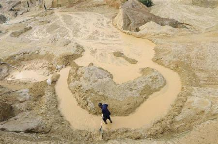 A labourer works at the site of a rare earth metals mine at Nancheng county, Jiangxi province October 29, 2010. REUTERS/Stringer