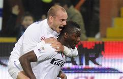<p>Os jogadores da Inter de Milão Sulley Muntari e Wesley Sneijder comemoram gol contra o Genoa no estádio Luigi Ferraris, em Genoa, 29 de outubro de 2010. REUTERS/Paolo Bona</p>