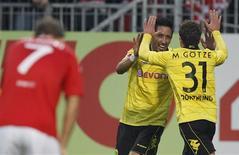 <p>O meio-campista alemão Mario Goetze, do Borussia Dortmund, comemora com o paraguaio o paraguaio Lucas Barrios após marcar um gol contra o Mainz 05. 31/10/2010 REUTERS/Thomas Bohlen</p>