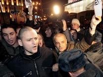<p>Демонстранты на Триумфальной площади в Москве 31 октября 2010 года. Недовольные впервые смогли встретить 31-е число согласованным митингом на Триумфальной, который радикальная часть авторов идеи сочла предательством. (REUTERS/Alexander Natruskin)</p>