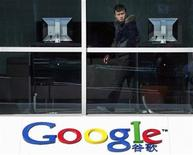 """<p>Imagen de archivo del logo de Google en una oficina en Pekín. Mar 17 2010 Google Inc está buscando asociarse a fabricantes de computadoras y telefónicas de América Latina para aprovechar lo que ve como una """"enorme"""" oportunidad de crecimiento para llevar a las empresas de la región a internet, dijo el jueves un importante ejecutivo de la empresa para la región. REUTERS/David Gray/ARCHIVO</p>"""
