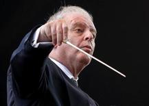 <p>Israeli-Argentine conductor Daniel Barenboim directs the West-Eastern Divan orchestra, which includes Arab and Israeli musicians, in a free open air concert in Buenos Aires, August 21, 2010. REUTERS/Enrique Marcarian</p>