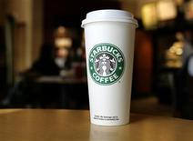 <p>Une habitante de New York a été déboutée mardi de son action judiciaire intentée contre Starbucks, qu'elle tenait pour responsable des graves brûlures dont elle a souffert après avoir renversé un gobelet de thé. /Photo d'archives/REUTERS/Joe Skipper</p>