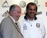 <p>Presidente da Associação de Futebol Argentino, Julio Grondona, (esq) junto ao novo técnico da seleção argentina, Sergio Batista, em Buenos Aires. 02/11/2010 REUTERS/DyN-Tony Gomez</p>