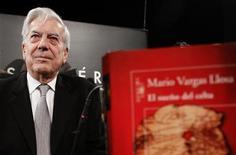 <p>O escritor peruano Mario Vargas Llosa, Nobel de Literatura de 2010, concede entrevista em Madri, na Espanha. Ele disse que o prêmio revolucionou sua vida e alterou a sua tranquila rotina. 03/11/2010 REUTERS/Andrea Comas</p>