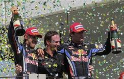 <p>Sebastian Vettel (esq) e Mark Webber (dir) da Red Bull comemoram com o chefe de equipe Christian Horner depois de terminarem em primeiro e segundo lugar respectivamente no GP do Brasil em Interlagos. 07/11/2010 REUTERS/Sergio Moraes</p>