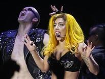 <p>La cantante estadounidense Lady Gaga, durante una presentación en Budapest. Nov 7 2010 Las estrellas Lady Gaga y Kylie Minogue arremetieron en los premios ARIA de Australia, mientras que el principal galardón para una artista internacional quedó en manos de una banda de folk rock inglesa. REUTERS/Laszlo Balogh</p>