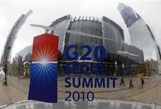 """<p>Логотип саммита G20 на скульптуре перед Coex Convention Centre, где проходил саммит, в Сеуле 8 ноября 2010 года. Федеральному резерву США следует консультироваться с """"Большой двадцаткой"""" до принятия важных решений, таких как вливание дополнительных $600 миллиардов в банковскую систему, сказал представитель России в G20 в понедельник. REUTERS/Jo Yong-Hak</p>"""