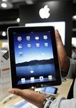 <p>Продавец демонстрирует планшетный компьютер iPad в магазине Apple в Брюсселе 23 июле 2010 года. Российские ритейлеры начнут продавать iPad 9 ноября: популярный планшетный компьютер появится в сетях М.Видео, Белый Ветер Цифровой и у дилера Apple - Re Store, сообщили Рейтер представители сетей и источники в розничной торговле. REUTERS/Thierry Roge</p>