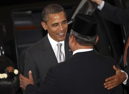 President Barack Obama (L) is welcomed by Indonesia's President Susilo Bambang Yudhoyono upon his arrival at the Presidential Palace in Jakarta November 9, 2010. REUTERS/Adi Weda/Pool