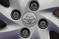 <p>Imagen de archivo de una rueda de un auto Toyota en Tokio. Jun 24 2010 El auto eléctrico de Toyota que saldría a la venta en el 2012 tendrá un alcance de mas de 100 kilómetros con una carga completa y una velocidad máxima de 120 kilómetros por hora, señaló el jueves el periódico Chunichi. REUTERS/Yuriko Nakao/ARCHIVO</p>